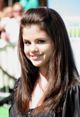 selena gomez bangs hairstyle. Selena Gomez Bangs Hairstyle 2011