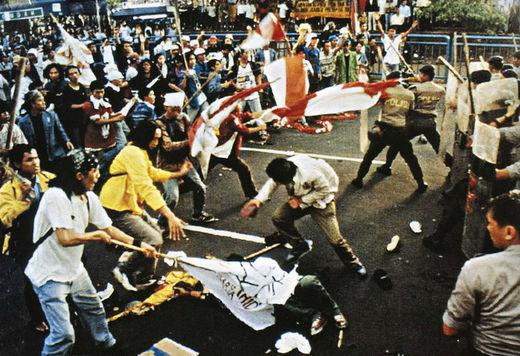 Les dictateurs sont « éjectables » : Montée et déclin des sbires militaires des États-Unis dans Politique Internationale Riots_May_1998_Trisakti_incide