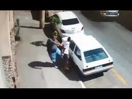 Un voleur de voiture corrigé par un homme (VIDEO)