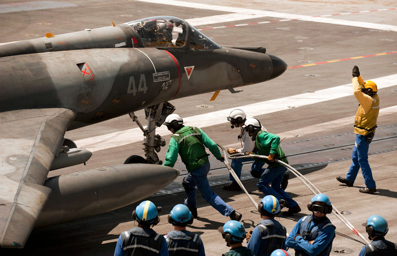marine et aéronavale French+Navy+SEM+on+side+catapult.+Mediterranean+sea.+its+armed+with+2+x+GBU%2527s+%252B+Magic+Airr+%252B+625l+tank+%252B+Electronic+pods+and+flare