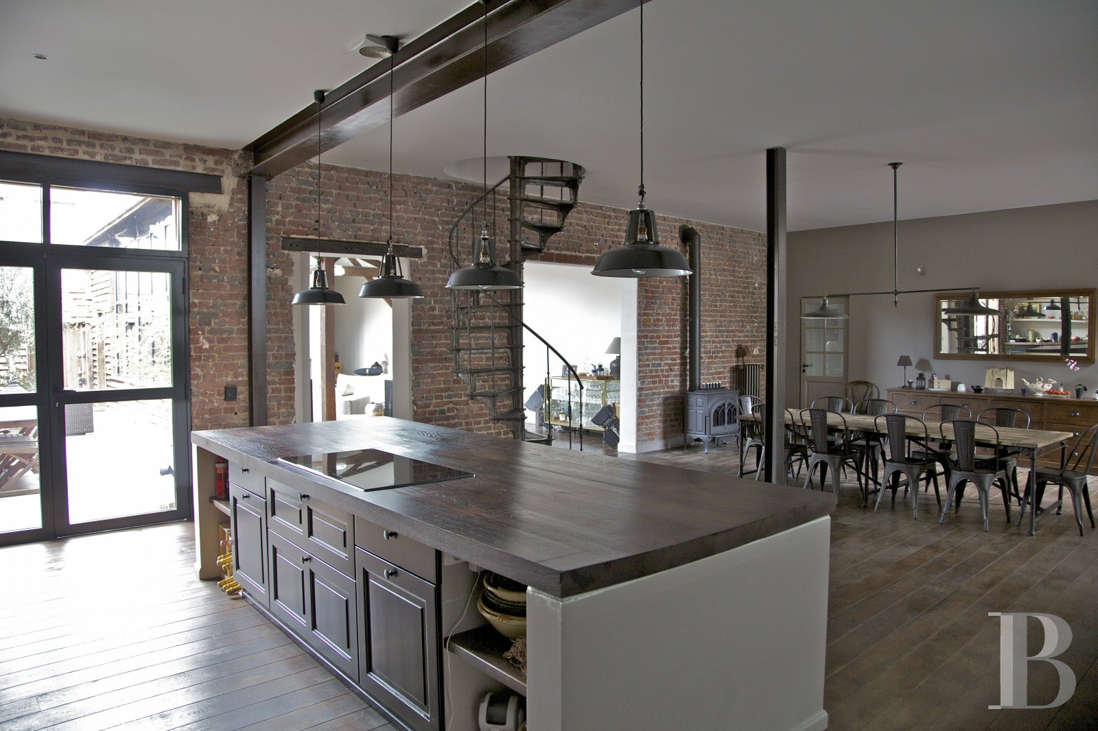 Industrial chic apartment: open layout, modern industrial design ...