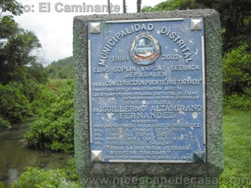 Placa en la entrada al recreo turístico naciente del río Tioyacu (Rioja, Perú)