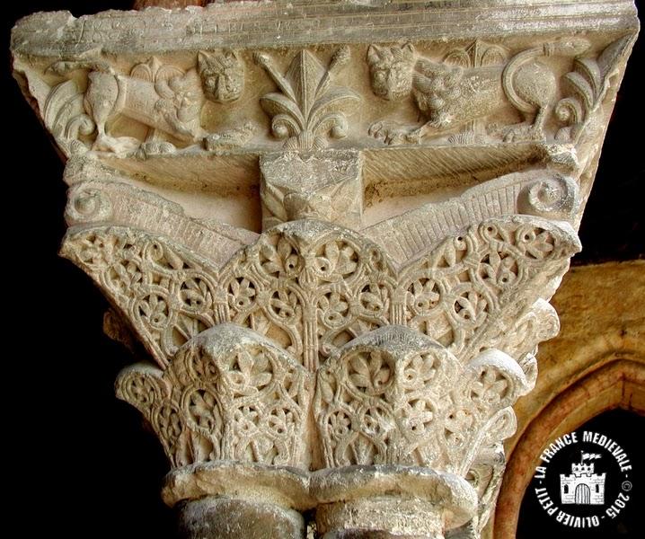 MOISSAC (82) - Le cloître roman : chapiteau à décor végétal et lions