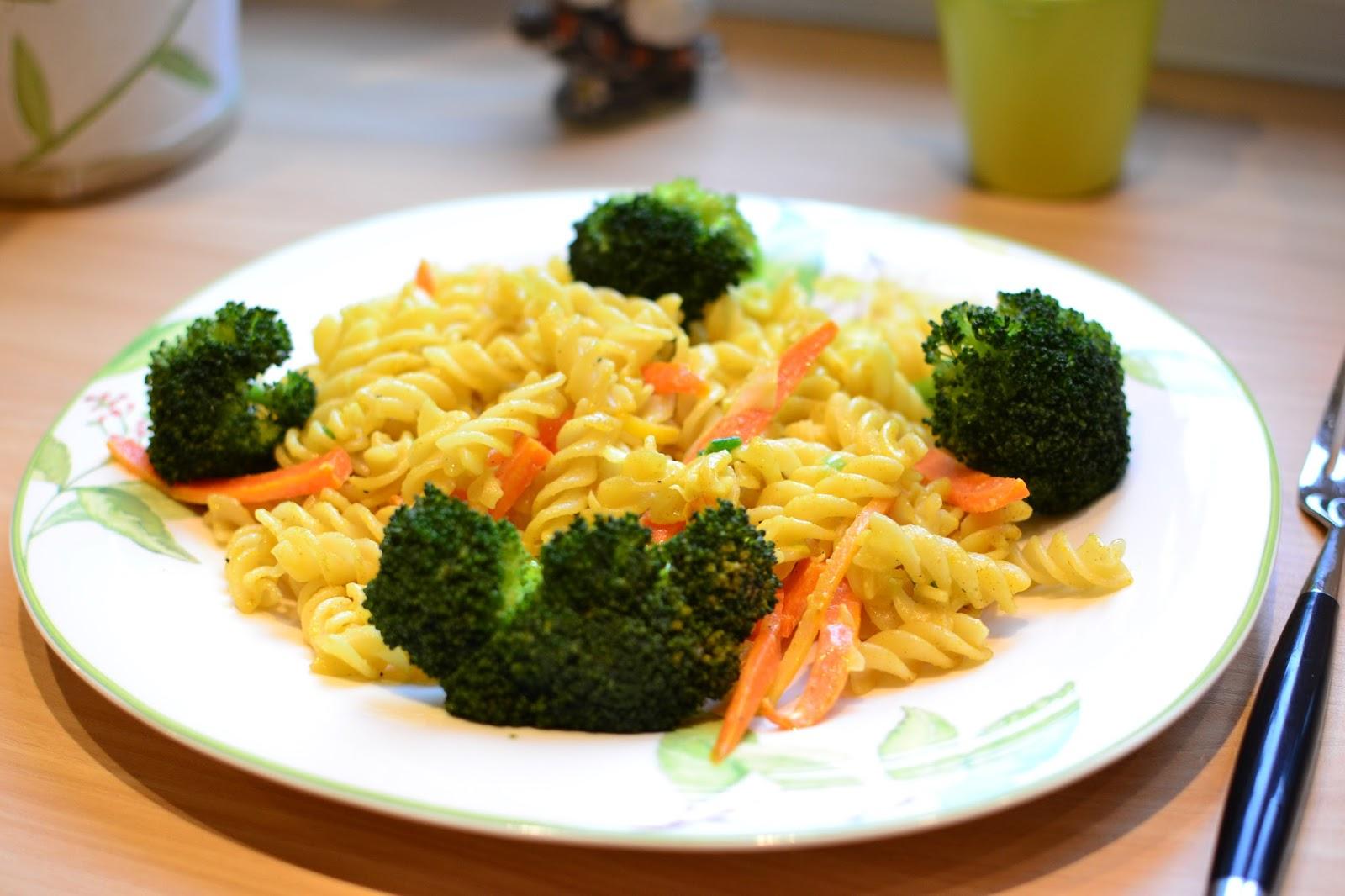 Asiatische Nudel-Möhrenpfanne mit Broccoli und Ingwer
