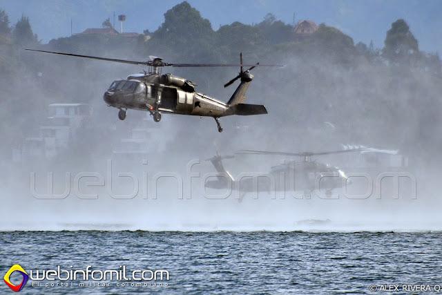 Helicópteros Black Hawk de la Fuerza Aérea Colombiana llevando a cabo ejercicios de rescate en aguas abiertas.