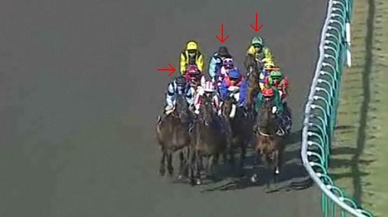 第2コーナー手前。矢印右から勝ち馬ジュヌーブ、3着ロイヤルティ、2着ティンシュ。