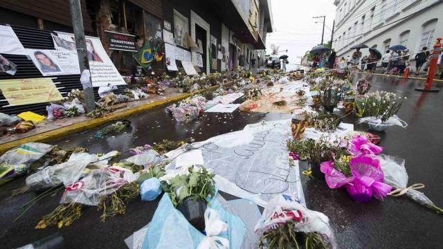 chuva flores boate kiss 1138 (1) - Tragédia da Boate Kiss em Santa Maria - Mensagem de Consolo