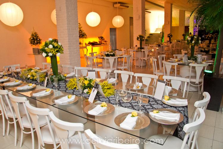 decoracao tudo branco: posta. Usei caminho de mesa preto e branco, sousplat, taças e menus