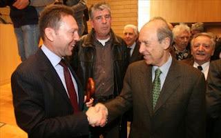 Ο κ. Στουρνάρας ανέλαβε από τον Ιούλιο του 2000 μέχρι τον Μάρτιο του 2004 πρόεδρος και διευθύνων σύμβουλος της Εμπορικής Τράπεζας