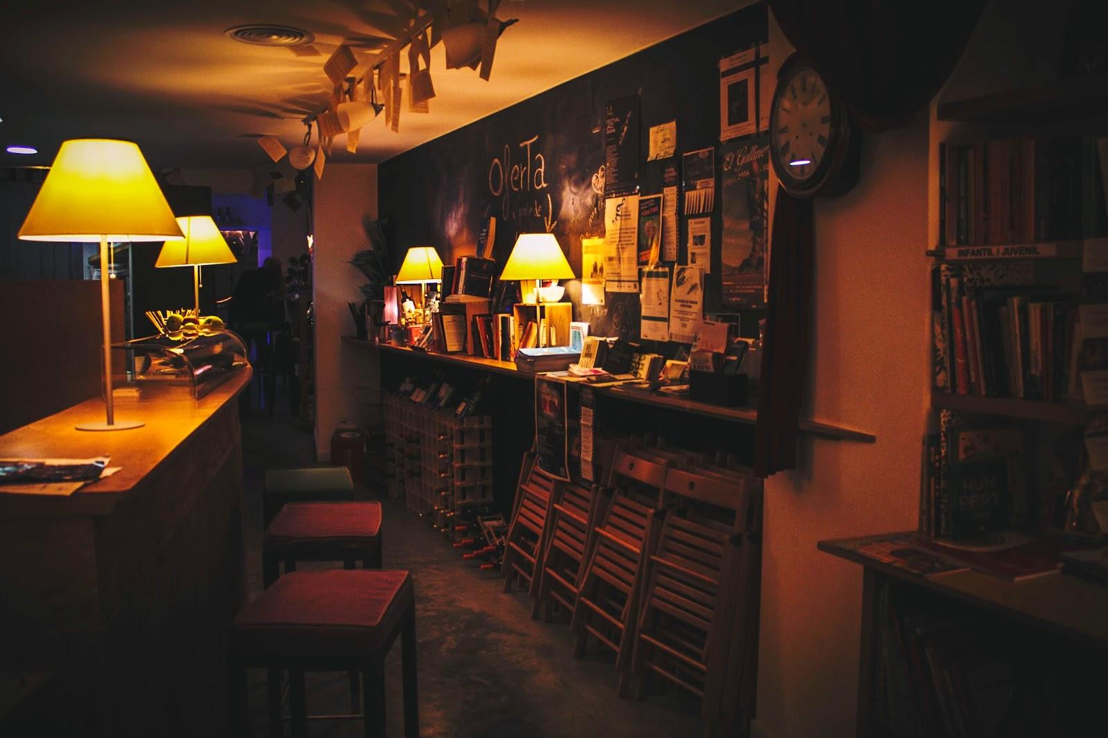 Passadís entre el bar i la llibreria Context