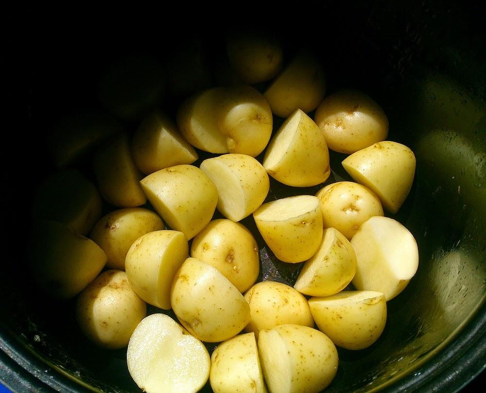 Помытую картошку выложить в мультиварку