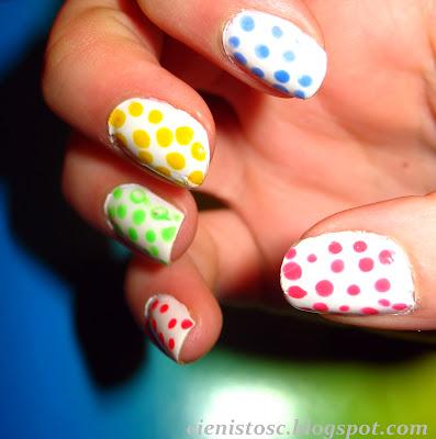 Neonowe kropki na paznokciach