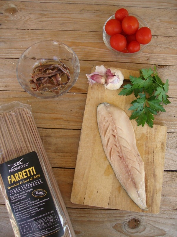 ingredienti per Spaghetti di farro saltati con sgombro e pachini
