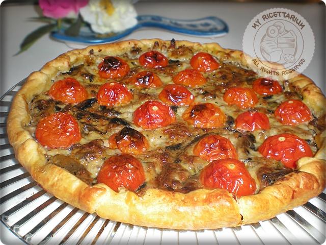 Torta rustica con funghi champignon, macinato e pomodorini