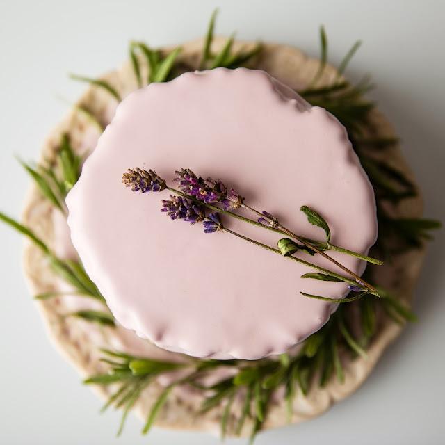 tort lawendowy migdałowy cytrynowy