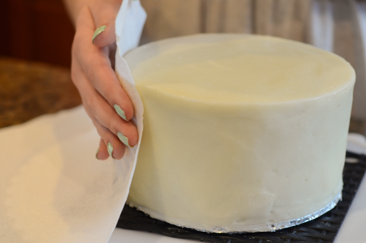 How To Ice A Cake Smoothly With Fondant