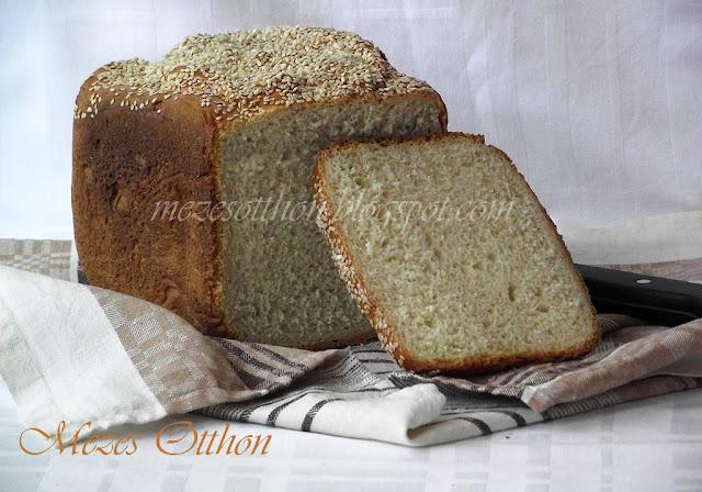 fehér kenyér kenyérsütőgépben szezámmaggal fotó
