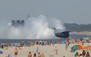 barco militar ruso aparece en una playa en rusia