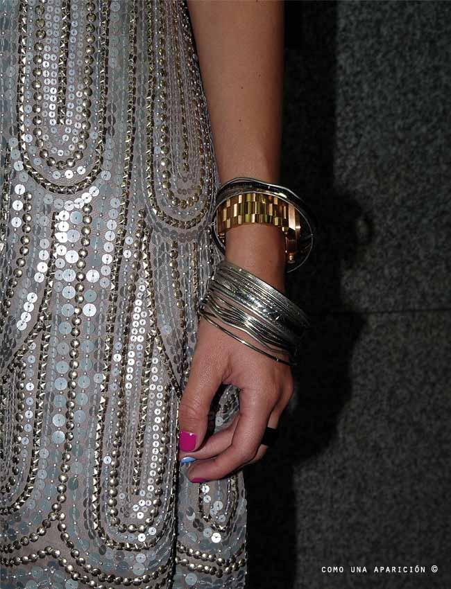 street-style-como-una-aparición-top-5-fashion-silver-sequins-dress-women-fashion-bracelets-gold-watch-painted-nails