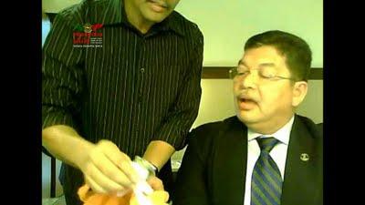 Gambar Datuk Johari Abdul Ditunjuk Jam Omega Oleh Datuk Eskay