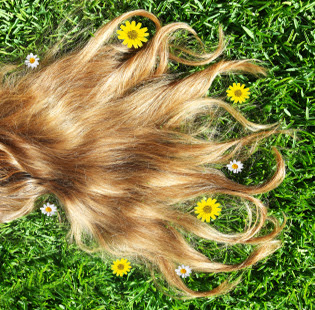 La caída de los cabello de la causa a las mujeres