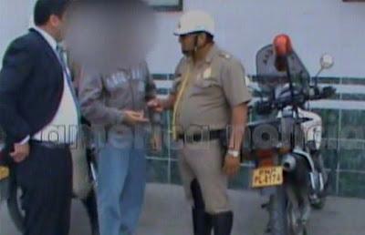 policia pillado cobrando dinero de coima