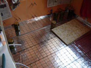 армирующая сетка для стяжки плотно прижата соленьями