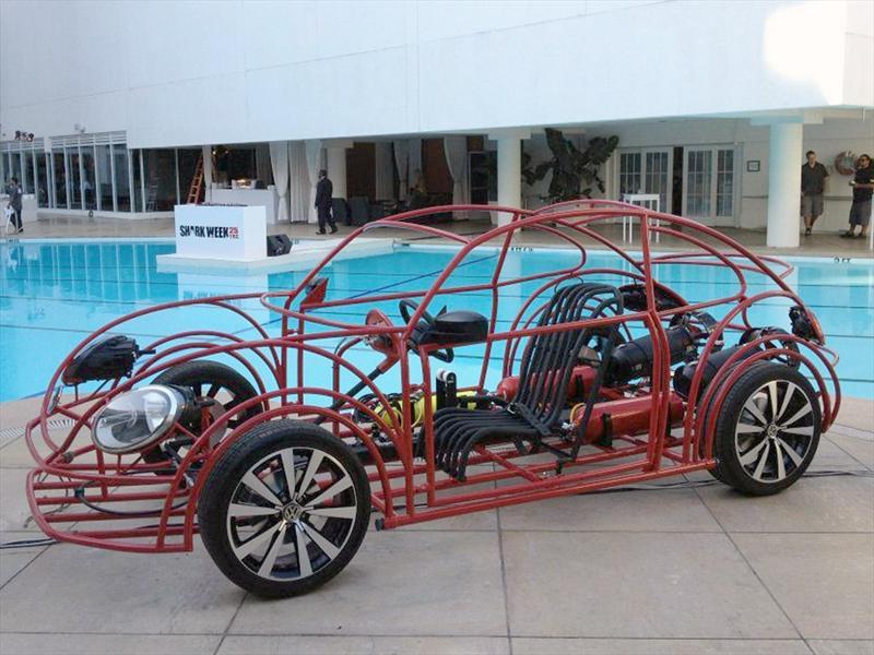 Volkswagen Beetle convertido en jaula para Tiburones