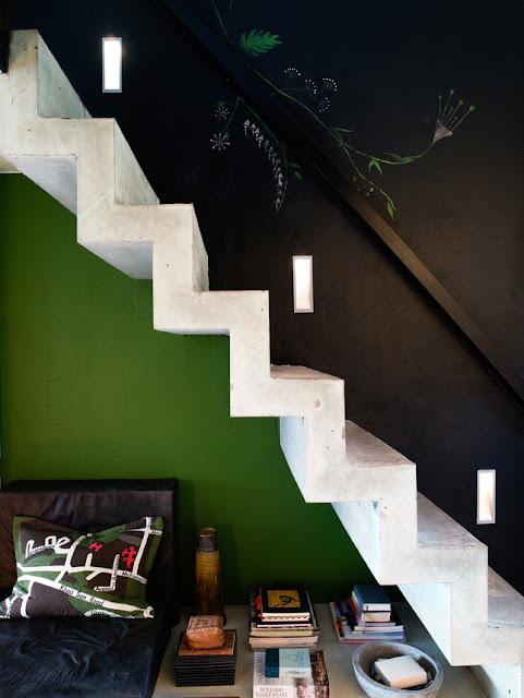 zeigt mir euer wohnzimmer:wohnzimmer schwarz grün : freischwebende Treppe mit Sitzplatz drunter