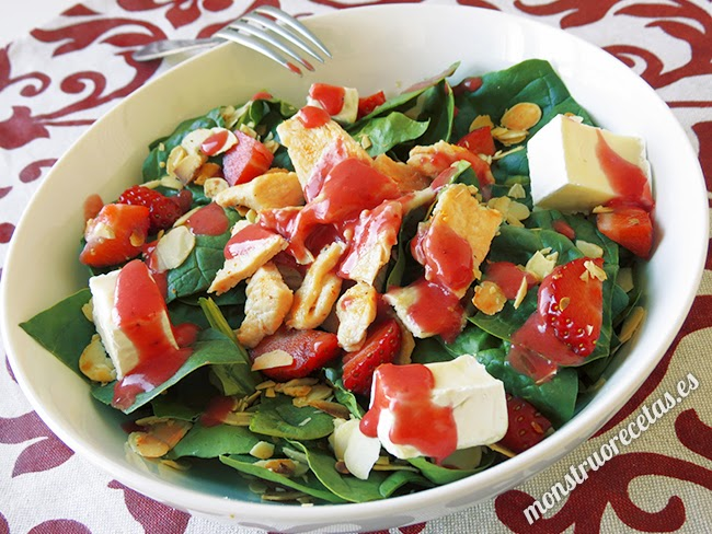 Ensalada de pollo y espinacas con vinagreta de fresas