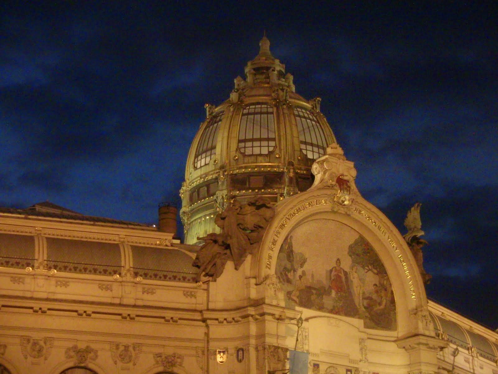 la coupole du palais municipal de nuit