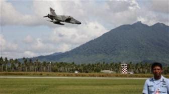 Dua pesawat tempur TNI AU yang bermanuver dalam sesi latihan rutin menarik perhatian masyarakat Natuna.