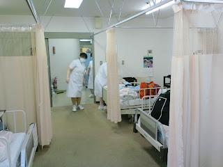 写真:続々と病室に入ってくる看護師さんたち。