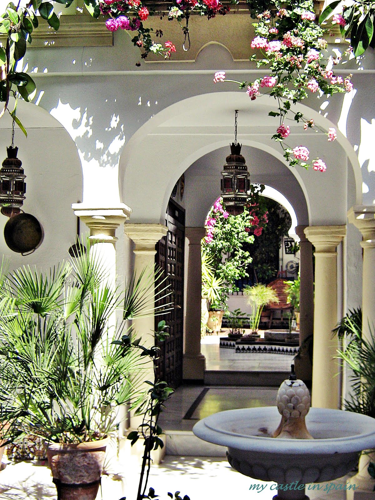 The beauty of the andalusian patio for Decoracion patios pequenos