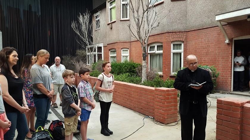 Padre abençoa o set de Invocação do Mal 2 The Conjuring 2: The Enfield Poltergeist e mais imagens dos bastidores