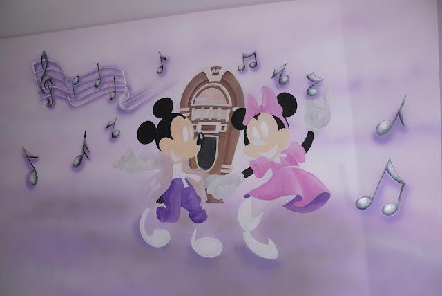 Aranżacja ściany w pokoju dziewczynki, naklejka ścienne czy malarstwo, dekoracja