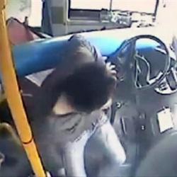 China poste cai sobre onibus atinge motorista