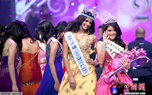Foto Ines Putri Tjiptadi Chandra Bersama Miss World