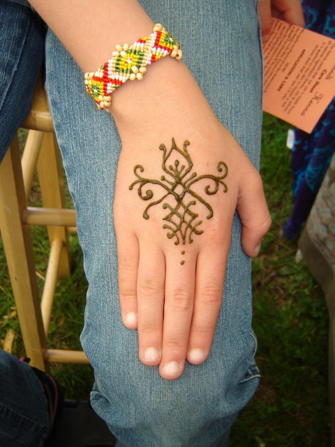 Fashion fade style is eternal mehndi tattoo designs for Do tattoos on hands fade