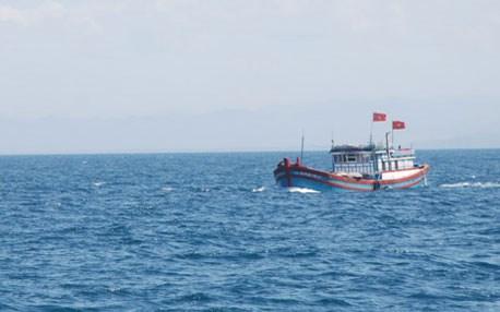 Một tàu cá của ngư dân Quảng Ngãi chết máy trôi dạt trên biển