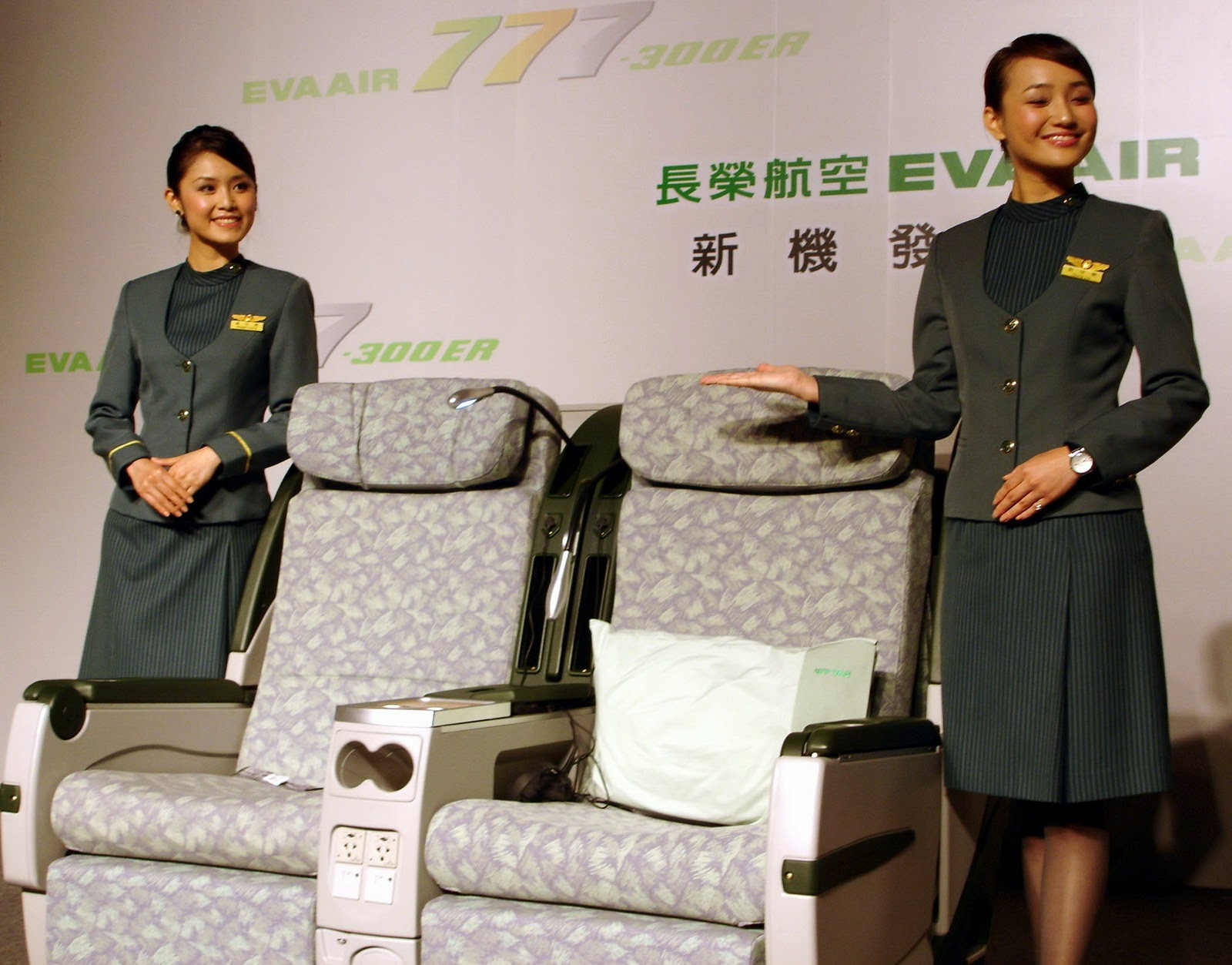 http://4.bp.blogspot.com/-ZUp6EtqBO7o/TsEiVikRZ0I/AAAAAAAAIW0/UDxFZa2ecUo/s1600/EVA+air+flight+attendant_4.jpg