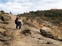 El camí voreja el límit occidental de la pedrera de la Roca dels Plans