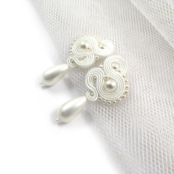 Śnieżnobiały sutasz ślubny z perłami