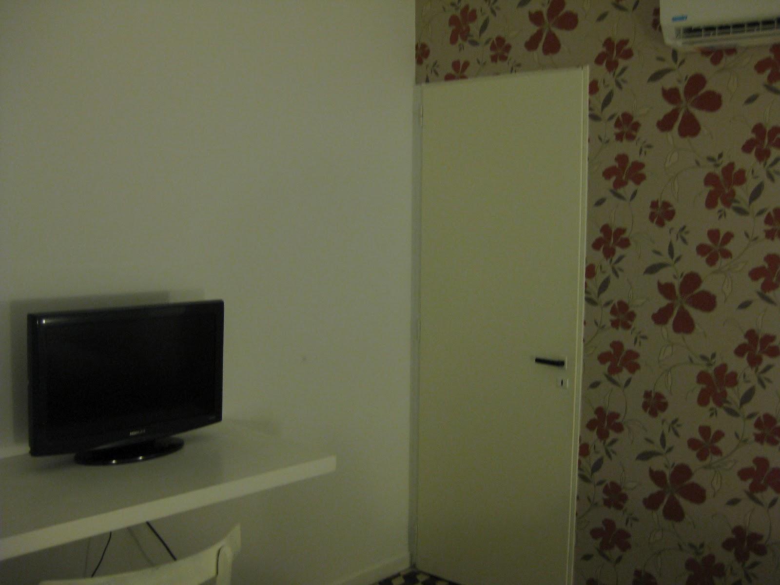 com meu quarto: espaçoso mesinha de trabalho TV LCD sem cheiro de  #3A3623 1600 1200