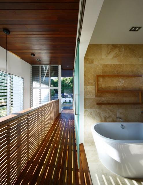 Ванная комната в стеклянном доме с бассейном