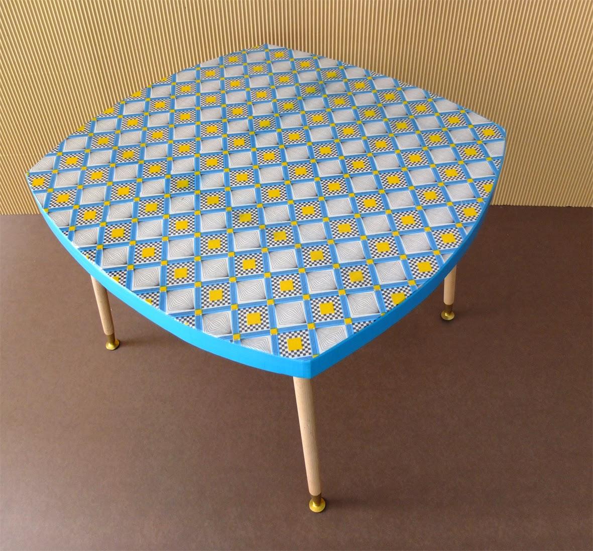 table basse en carton. pieds en bois. table basse en carton recouverte de papier motif géométrique