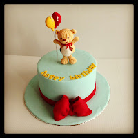 Basic 101 : Round cake with Bear figurin, bow and ballon