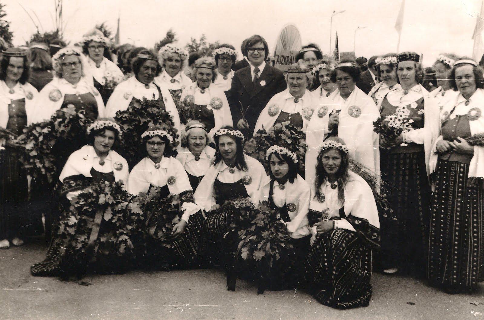 Valles sieviešu koris Dziesmu svētkos Rīgā 1977. gadā . Diriģents Ansis Papeļuks