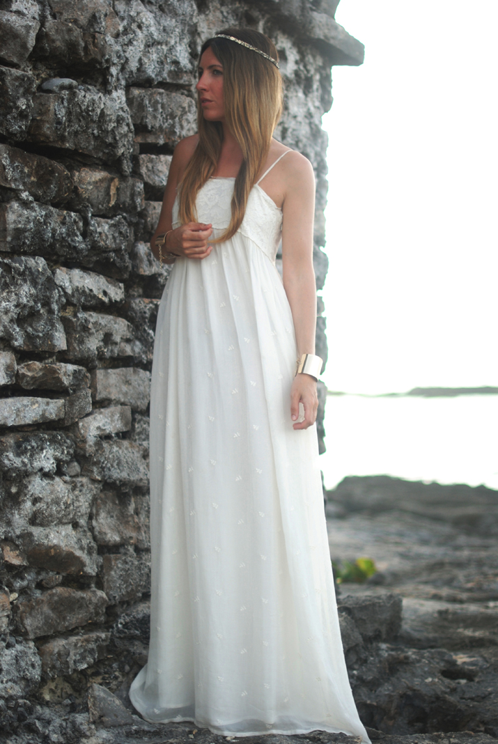 White long dress for a summer night. Idea for a wedding at the beach. White dress at fashion blog