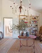 . de madera original y piedra, las chimeneas, las puertas son obras de .